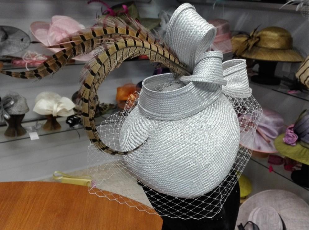 Casquete tocado sisal plumas y tul - Jamir 93560e5d521