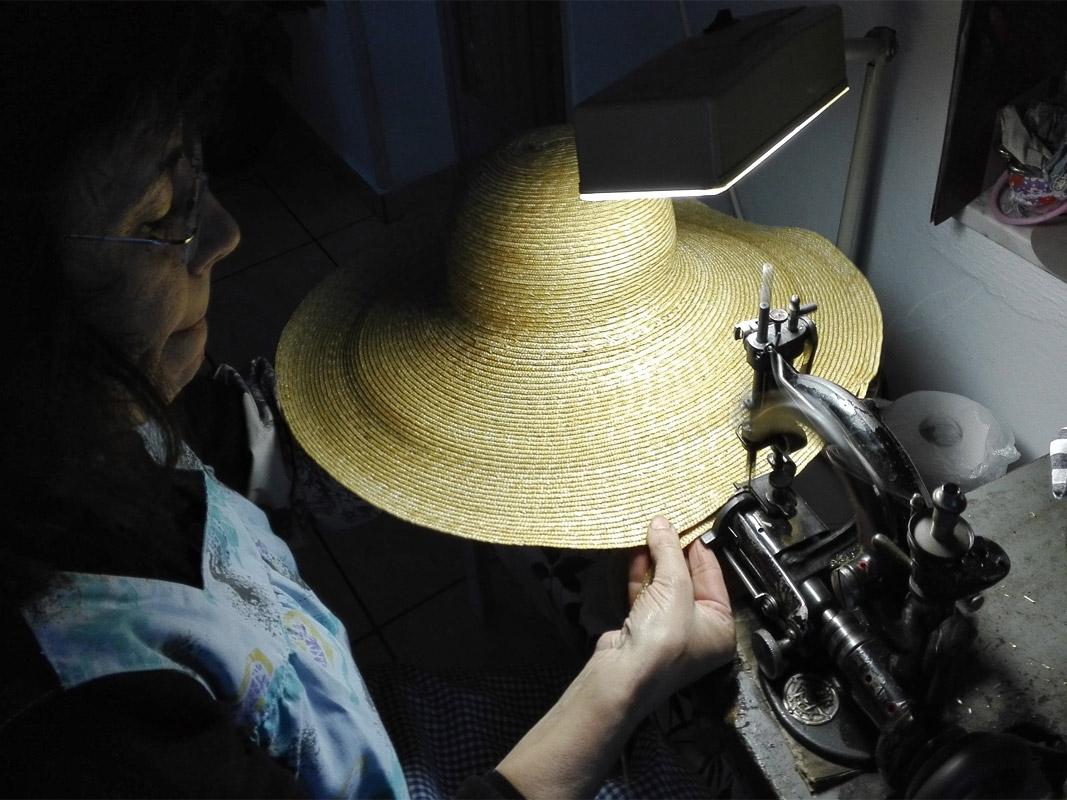 Cosiendo las trenzas de 4 milímetros hasta formar la pamela